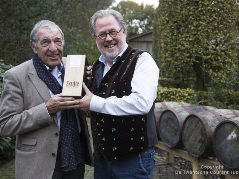 Gerard Velthuis (rechts) schenkt eerste fles whiskey aan Dik Wessels